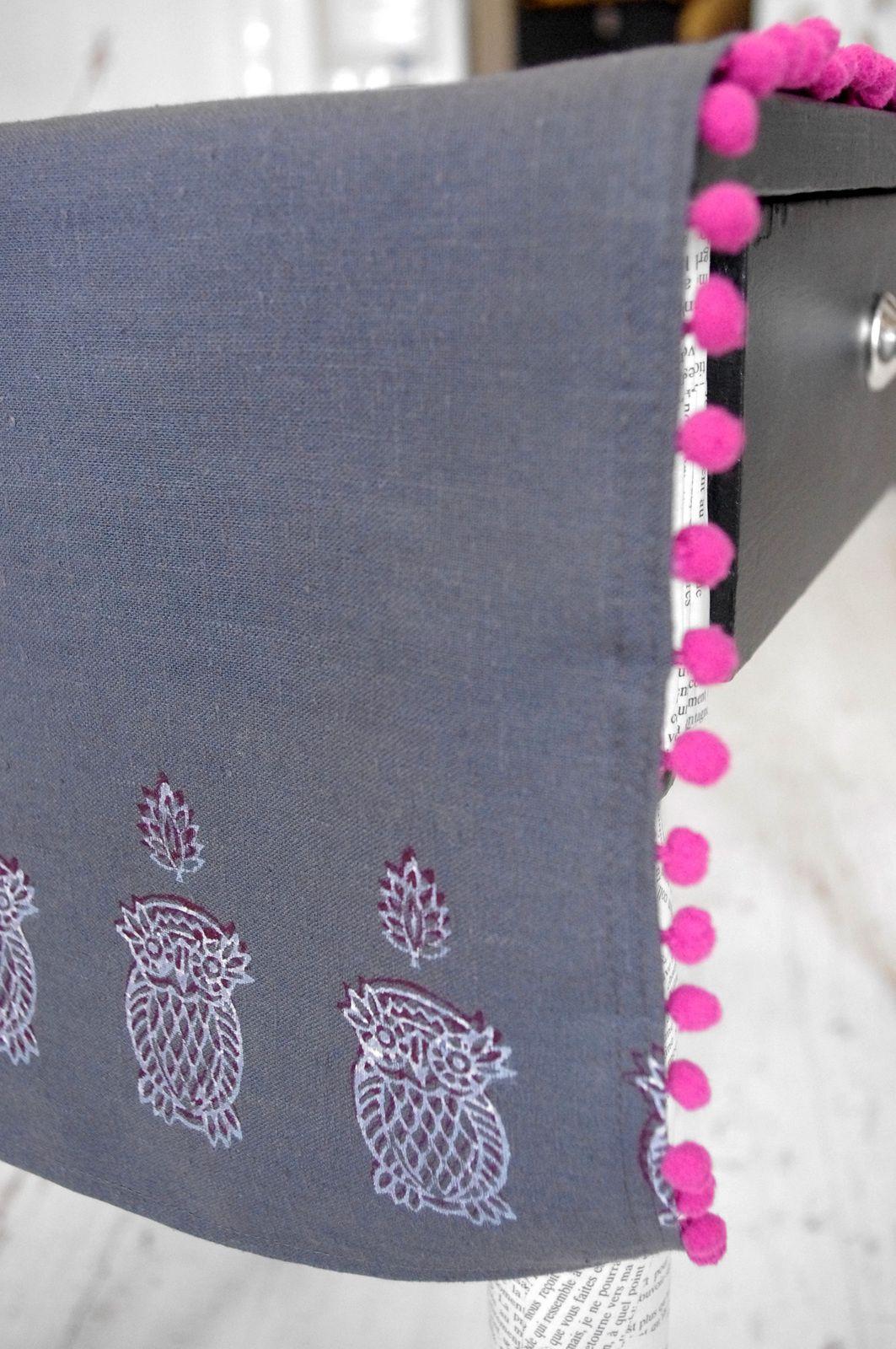 Chemin de table et serviettes gris anthracite et rose