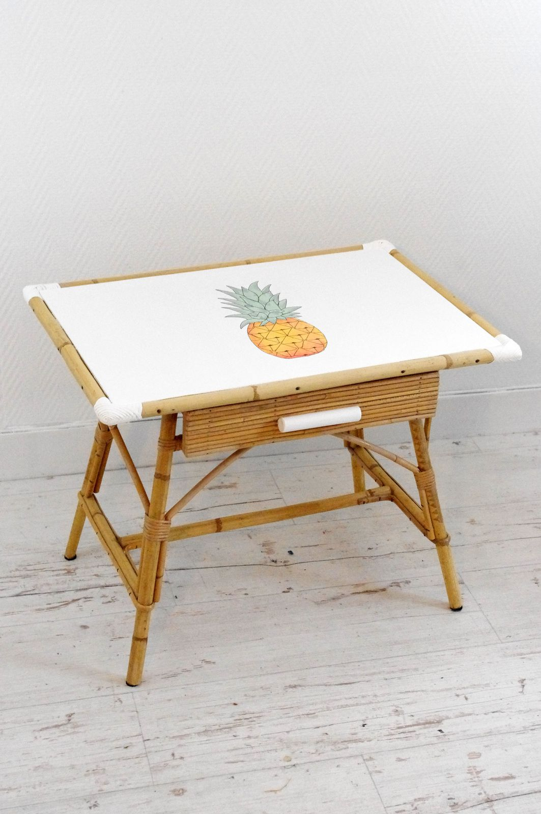 bureau d 39 enfant avec ananas l 39 abracadabroc. Black Bedroom Furniture Sets. Home Design Ideas