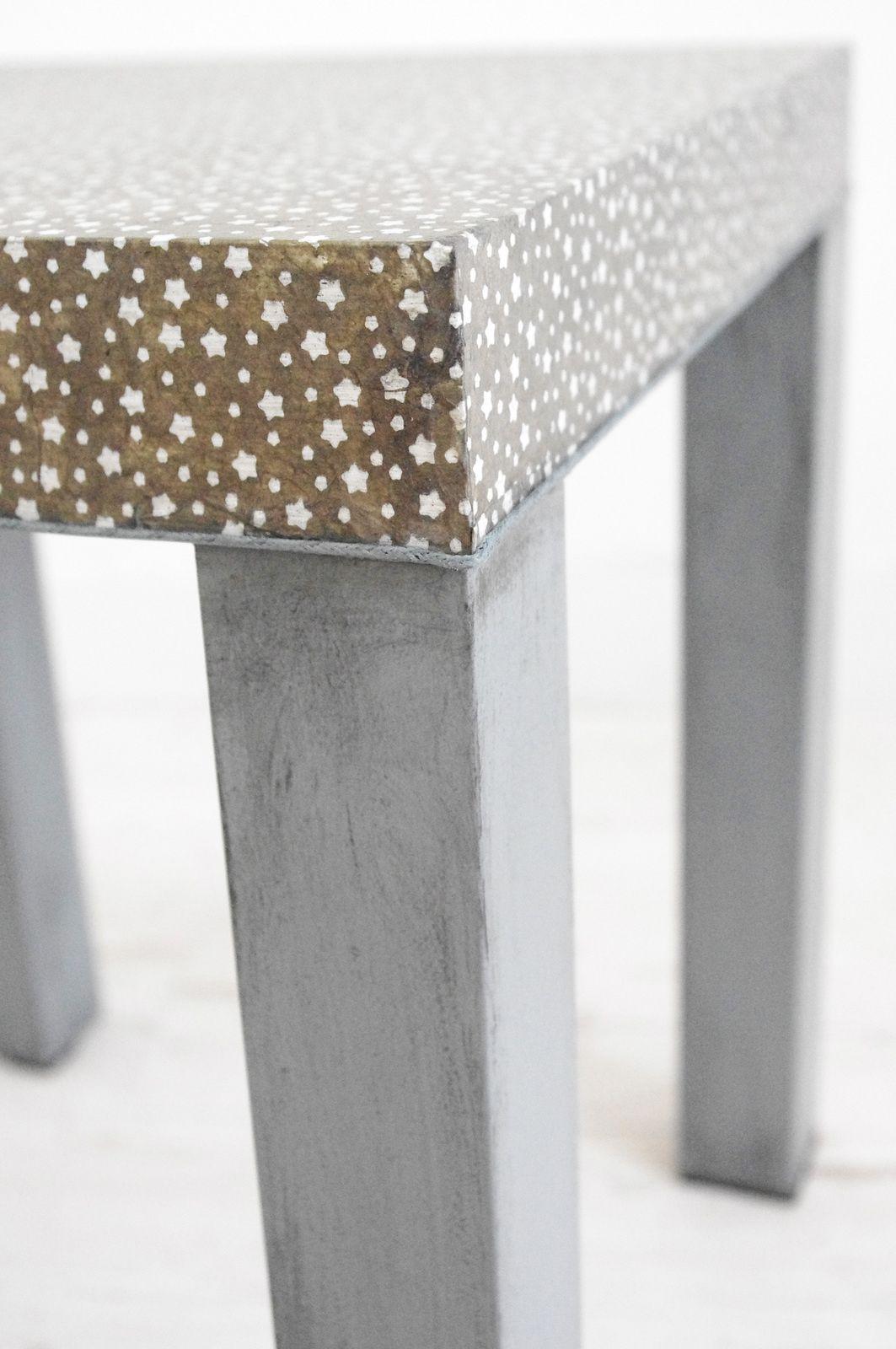 Table basse carrée grise étoilée