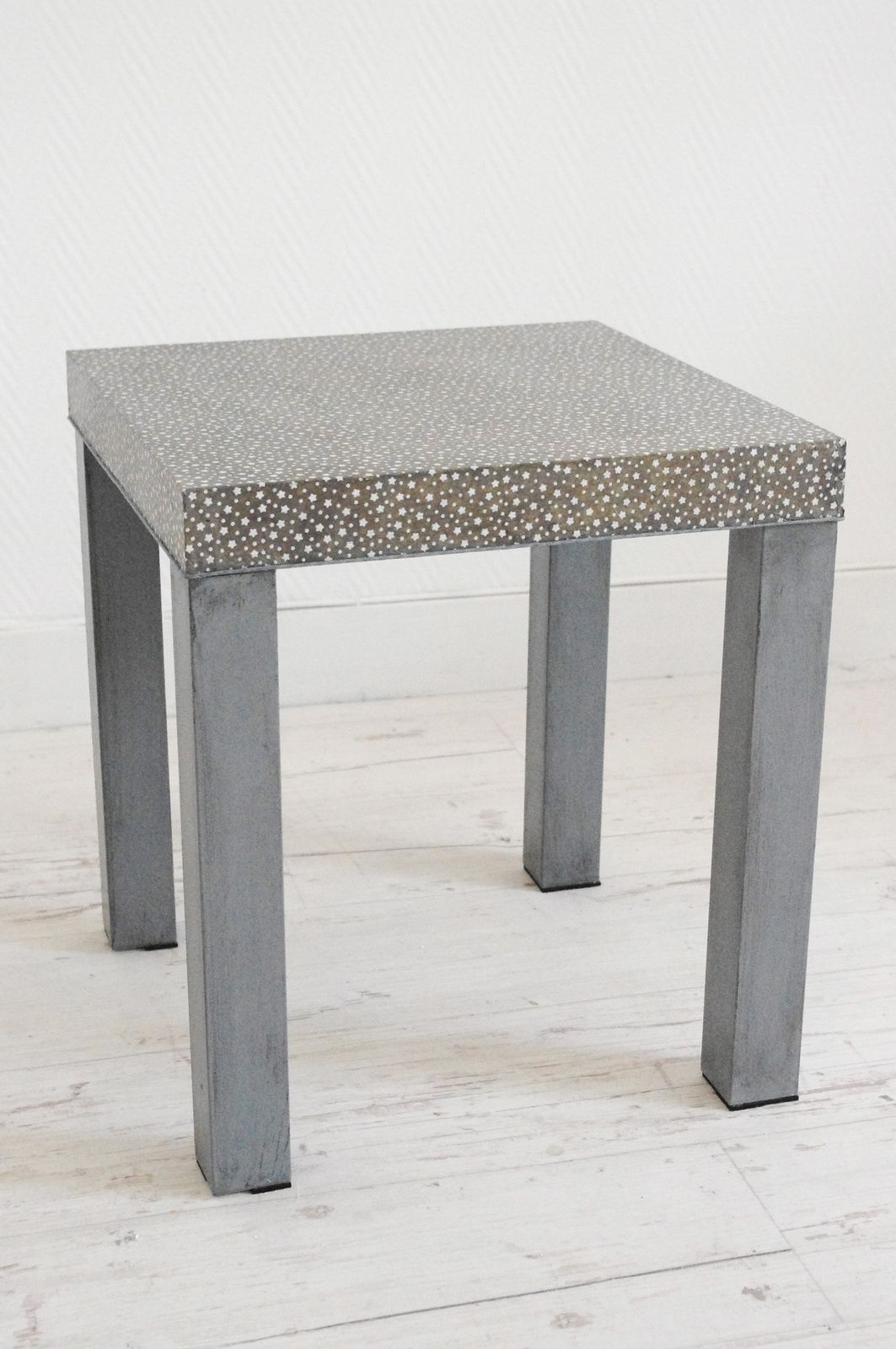Table basse carr e grise toil e l 39 abracadabroc - Petite table basse carree ...