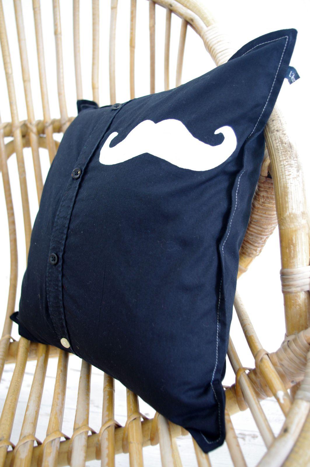 deux coussins-chemise à moustache