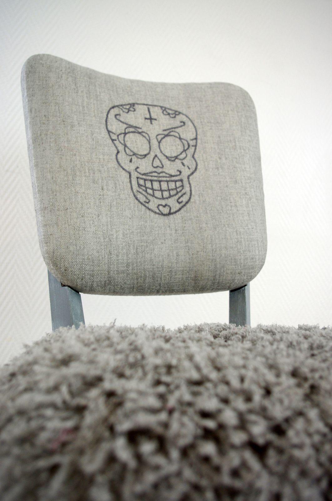 Chaise grise à tête de mort