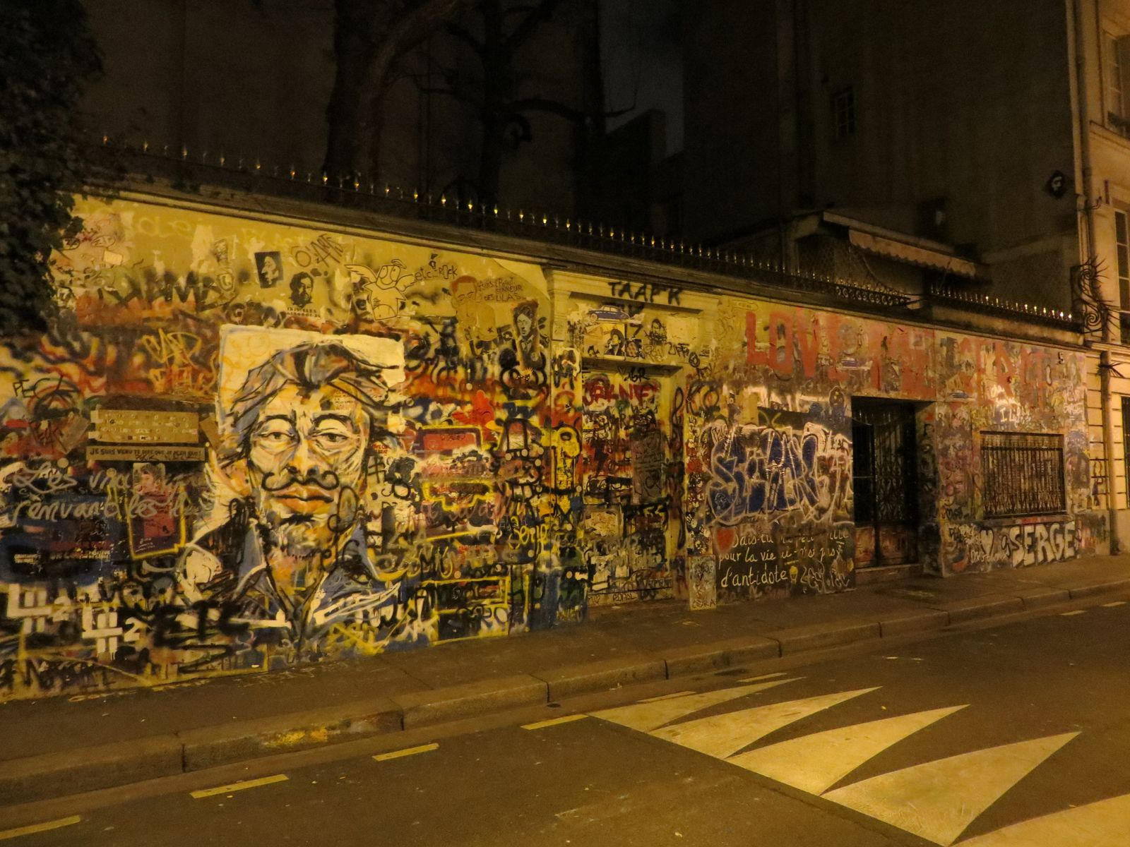 Maison de Gainsbourg by night