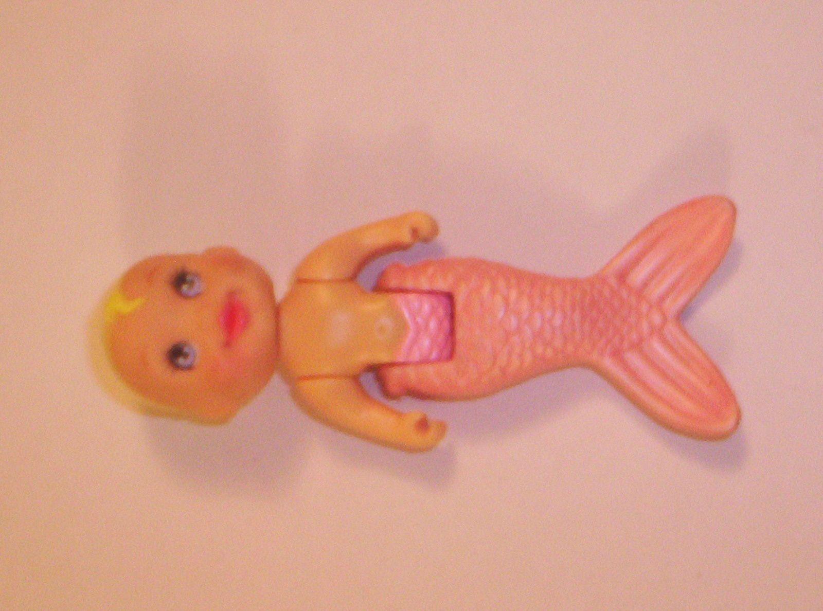 Bébé sirène rose coquillage Disney Ariel.