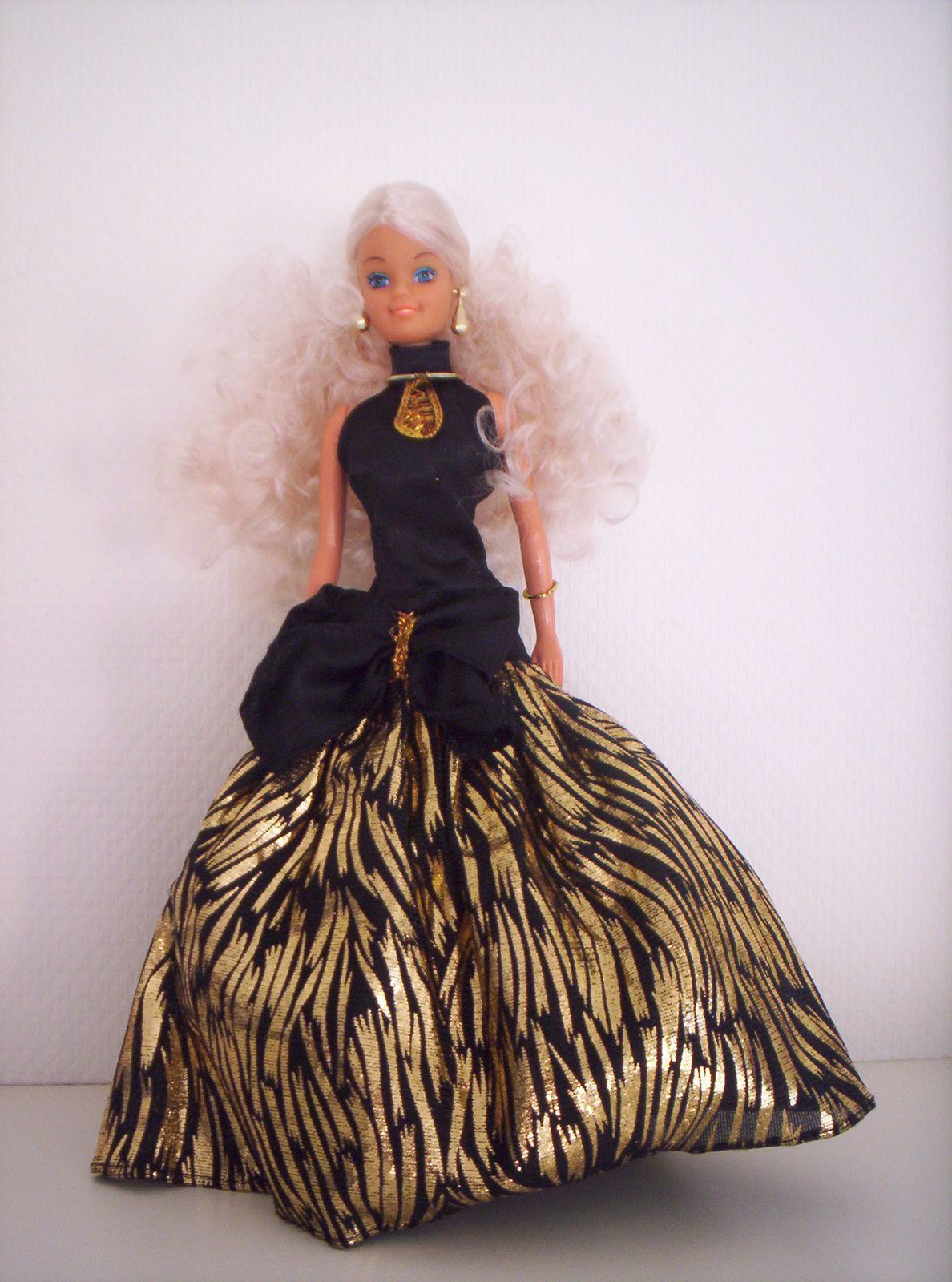 Voici une magnifique poupée à qui je faisais faire du cheval en amazone :). Elle est faite par Totsy, 1987.