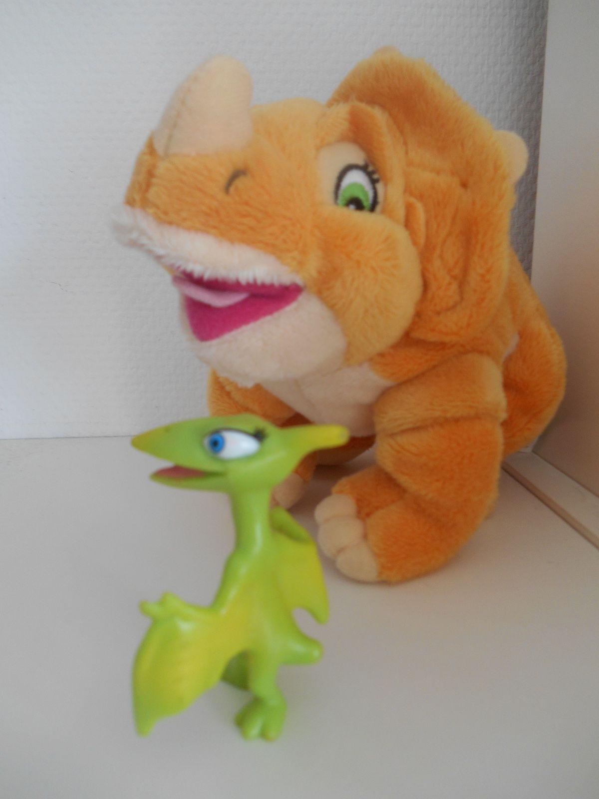 "Cera en peluche du ""Petit Dinosaure"" et la maman pteranodon du ""Dino-Train"", Henson, 2010."
