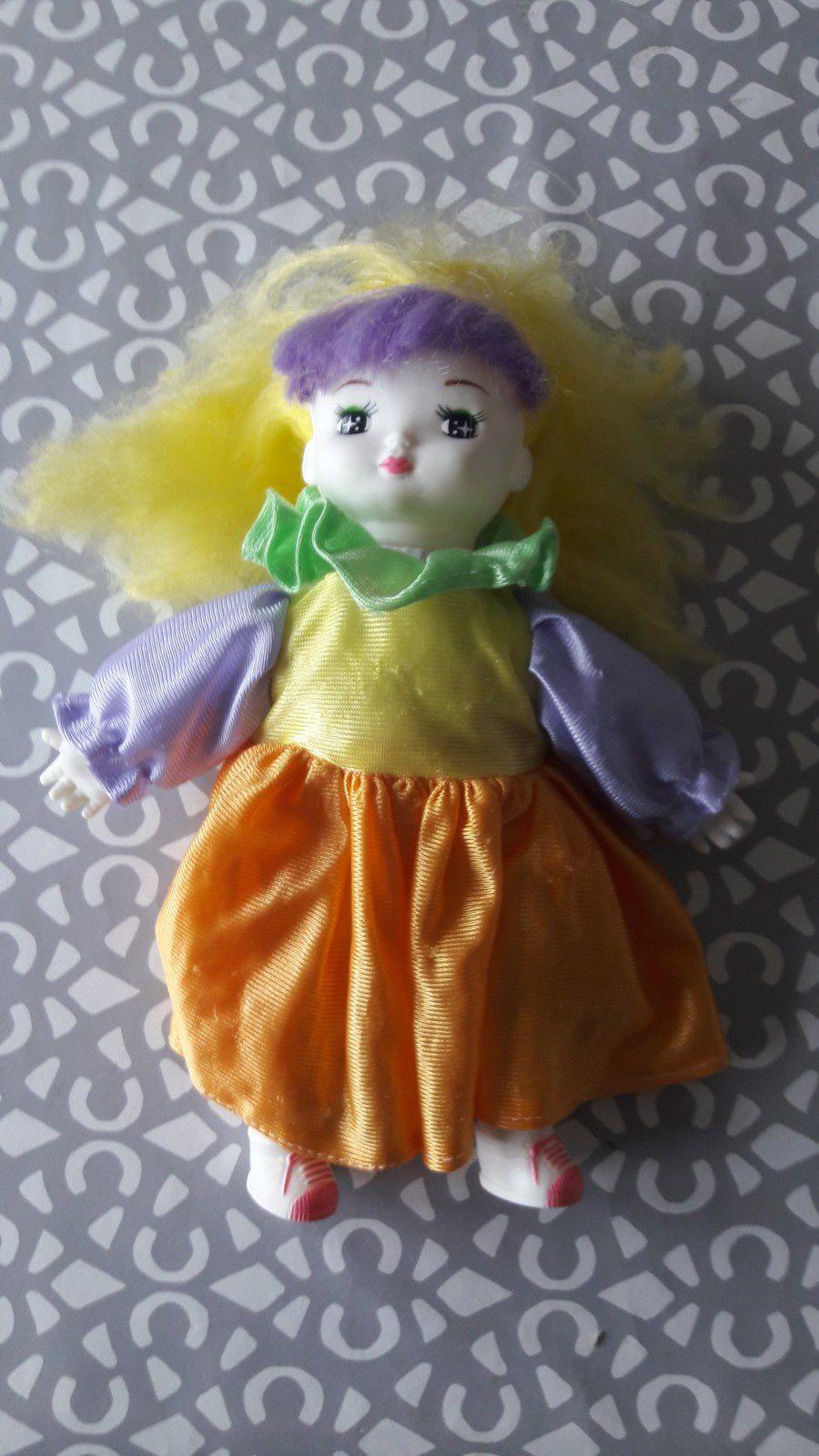 Voici une curieuse poupée à mi chemin entre Pierrot et Jem et les hologrammes :) Dotée de baskets et de cheveux fluo, je l'avais reçue petite en Italie mais tout ce qui était jaune sur elle était rose chez moi.