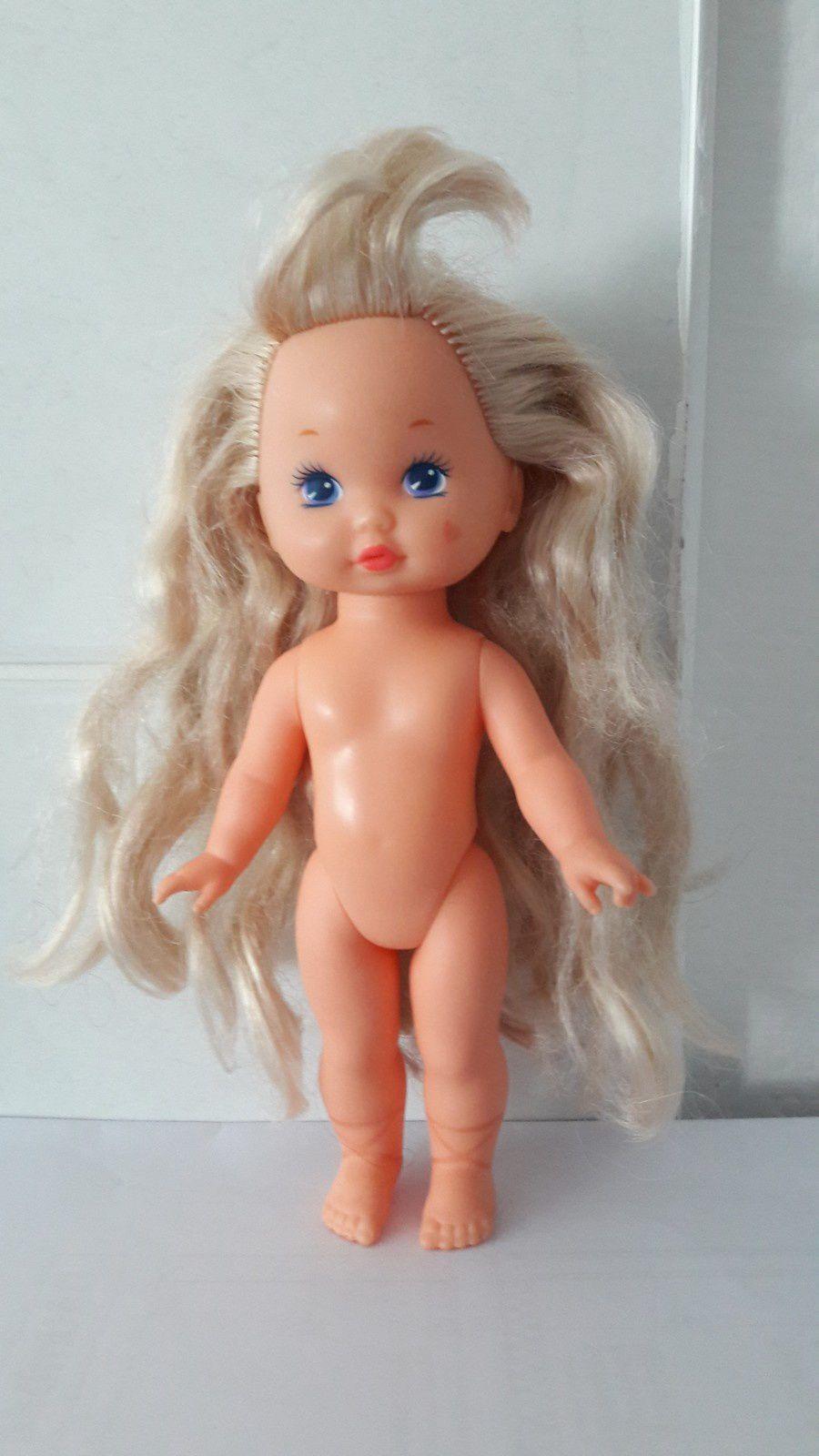 Voici une version plus petite de Lil'miss make up, d'une 20aine de centimètres: son maquillage ne change pas mais elle avait de nombreuses tenues. Il s'agit ici de Wee Lil'miss Ballerina, Mattel, 90.