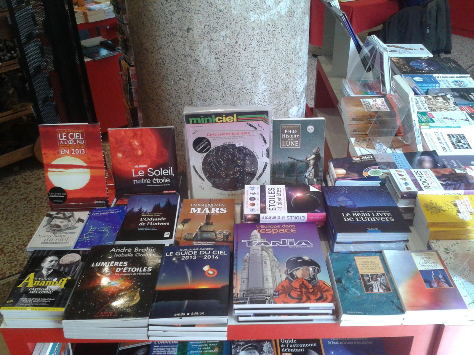 l'ouvrage martien au centre et en bas à droite le guide des combinaisons spatiales et du vol habité de Jean-François PELLERIN à la boutique du Palais de la Découverte à Paris