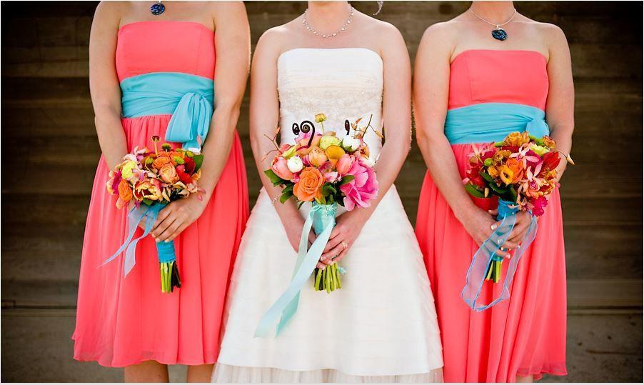 decoration mariage corail et bleu tenue cortège