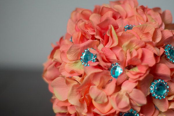 decoration mariage corail et bleu bouquet avec strass bleu