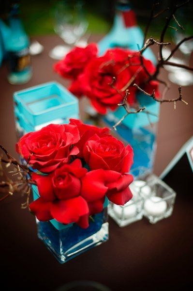 decoration table rouge et bleu clair bouquet de roses