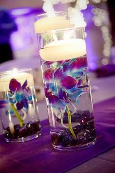 centre table mariage bleu et violet vase fleurs immergées