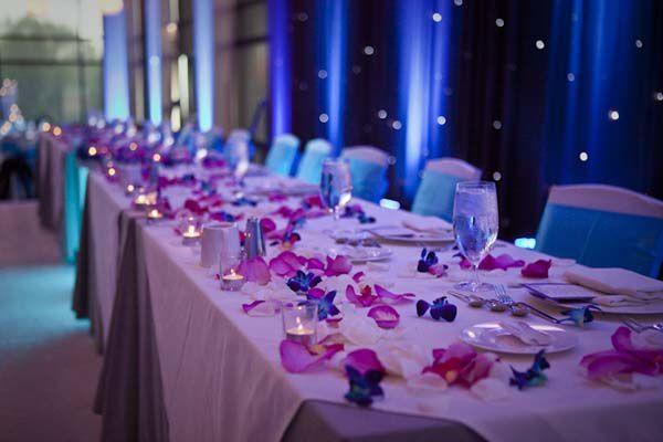 decoration table mariage bleu et violet fleurs parsemées