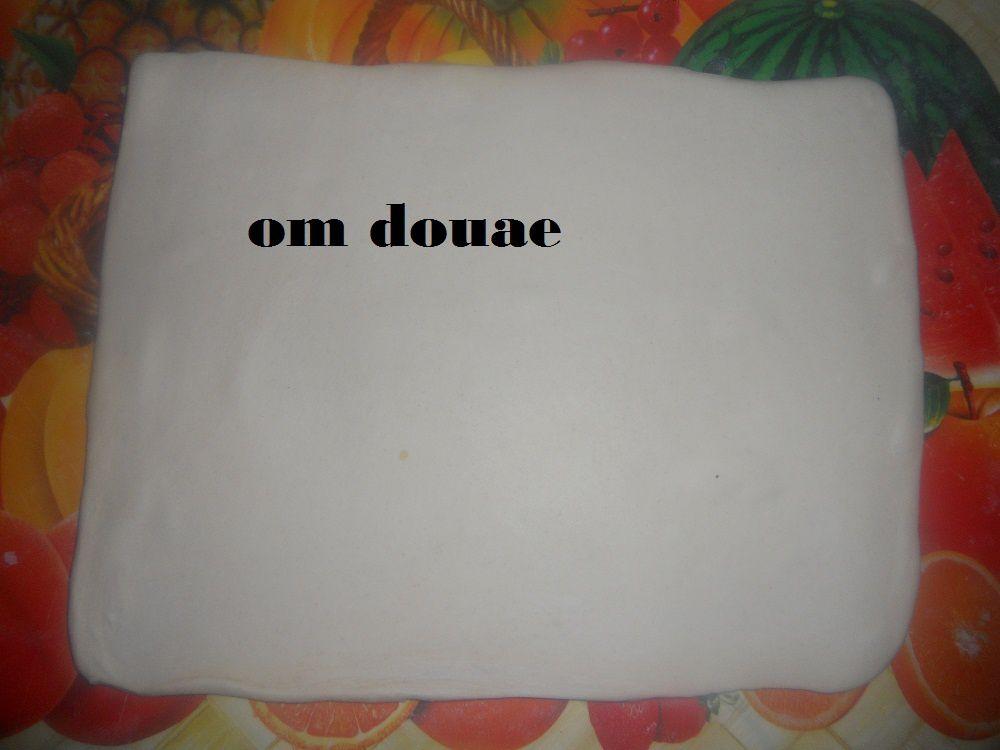 http://motherdouae.overblog.com/50af603c-ab87نضع طبقة كريم باتسيير فوقها قشور ليمون معسلين ومقطعين هدا الرابط