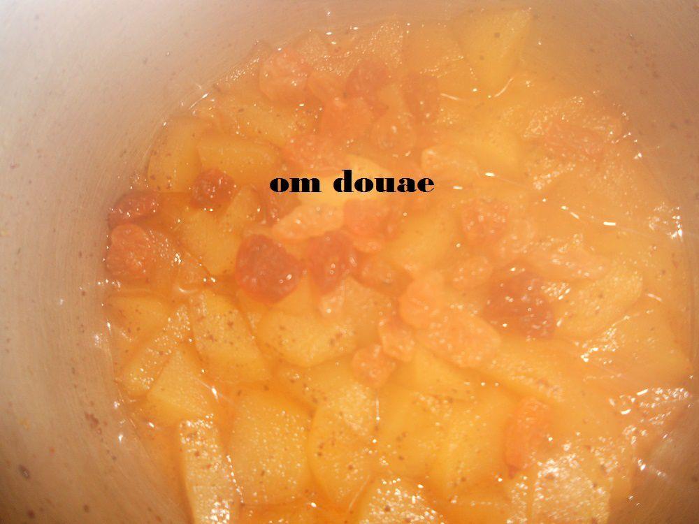 فالتزيين حطيت دوائر التفاح فوق كل دائرة معلقة من تفاح المعسل مع زبيب و درت الوسط وريدات ببطاطا