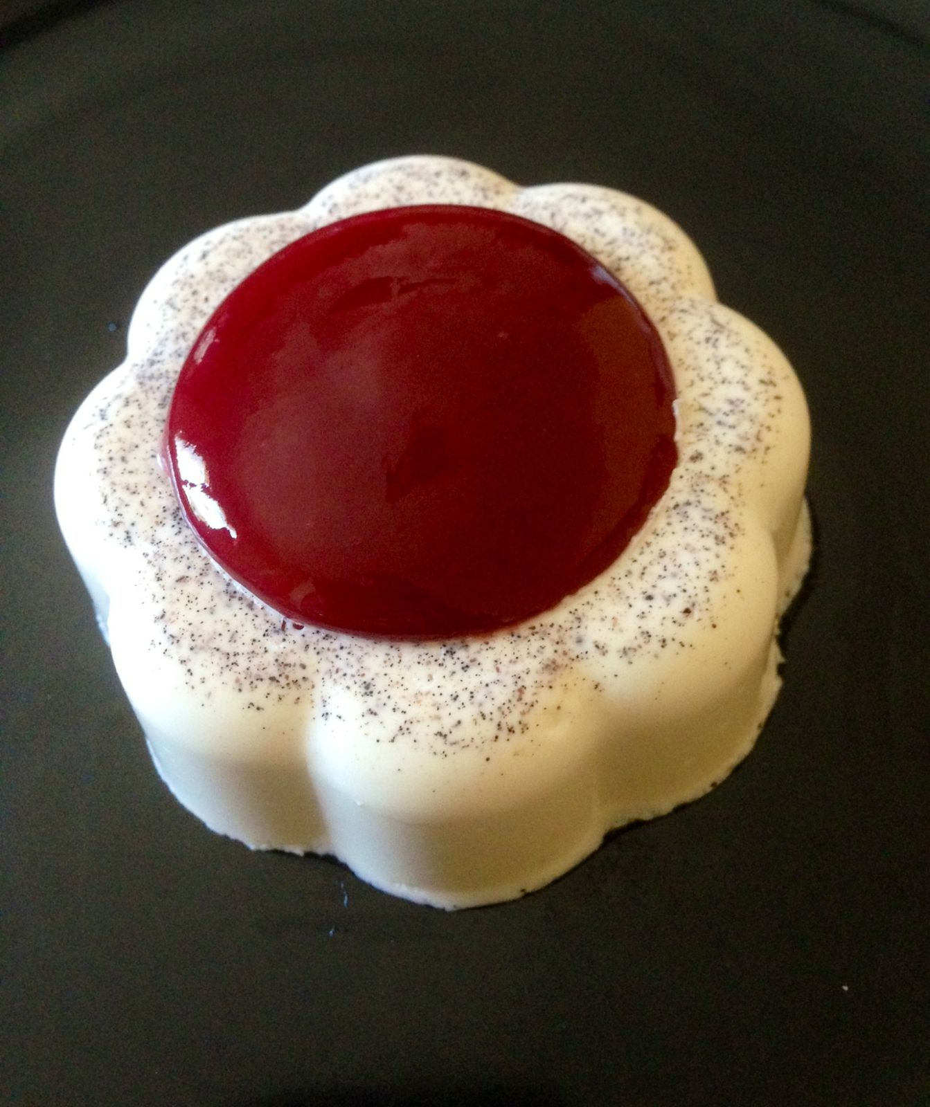 fleur de panna cotta au c ur de framboise avec le thermomix thermovivie. Black Bedroom Furniture Sets. Home Design Ideas