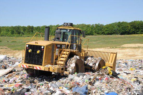 Engin travaillant dans un centre de stockage des déchets quelque part en France