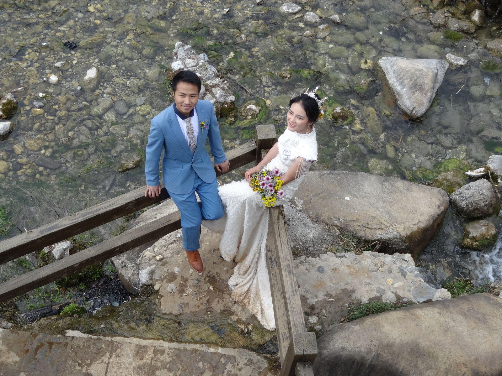 Les mariés viennent faire les photos