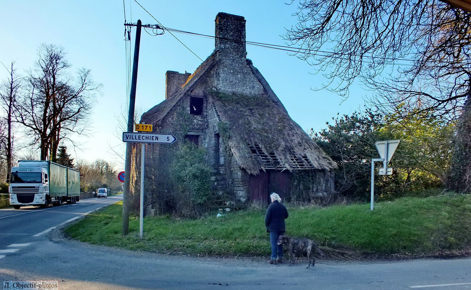 A la découverte des vieilles pierres, maison près de Villechien, salut Bob, Basse-Normandie