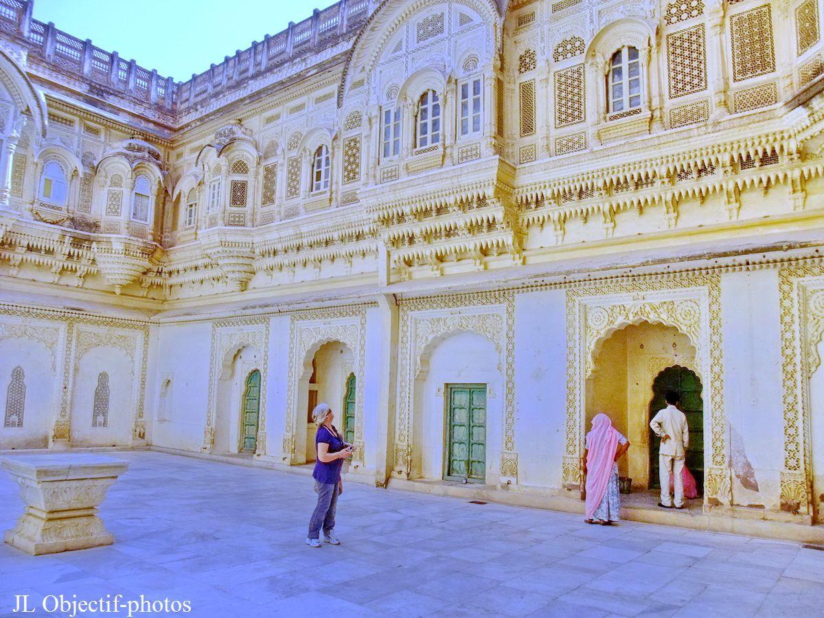 Fort Mehrangarh. au centre des cours intérieures permettent d'admirer la beauté des bâtiments, le lumière est éblouissante avec toute cette blancheur réfléchissante. Jodhpur, Rajasthan Inde