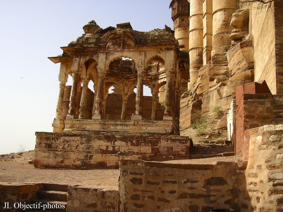 Fort Mehrangarh, contruction au pied de la muraille. Jodhpur, Rajasthan Inde