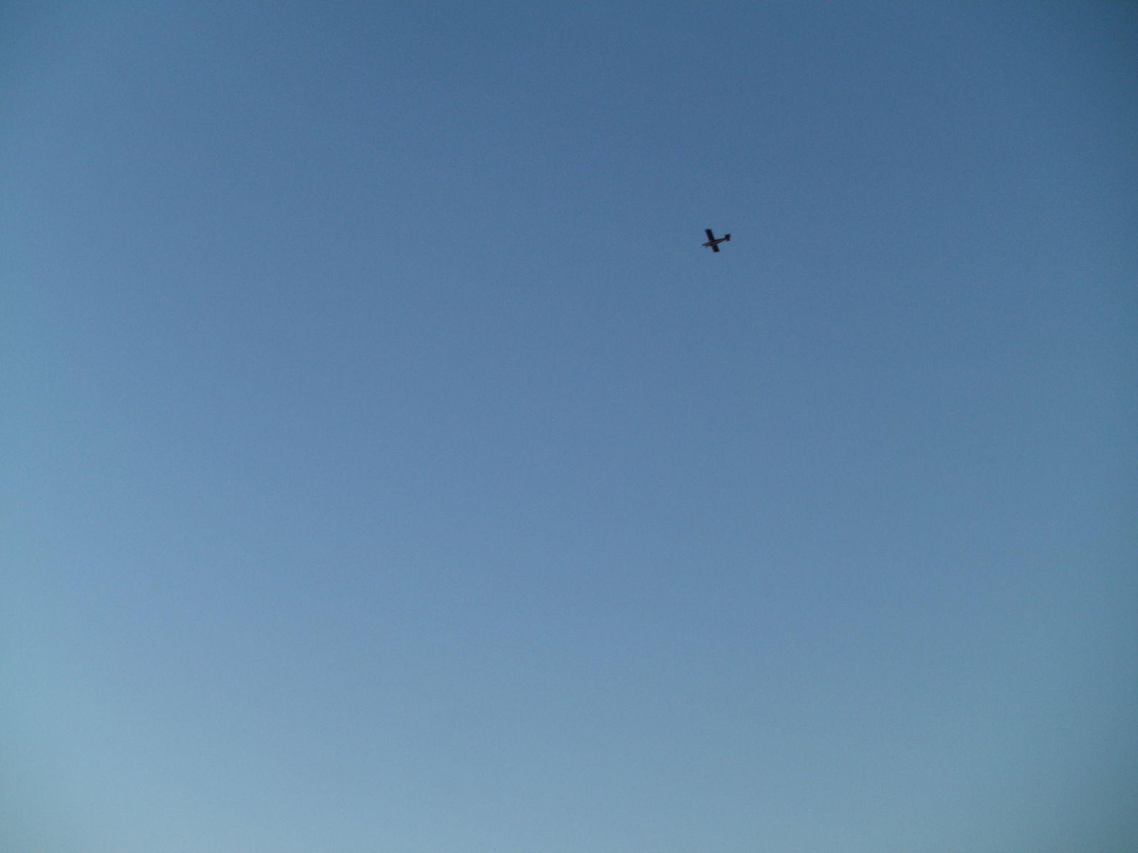 Un ULM rouge déjà rencontré au dessus de Chemilly fait quelques passages salutaires au dessus de moi.