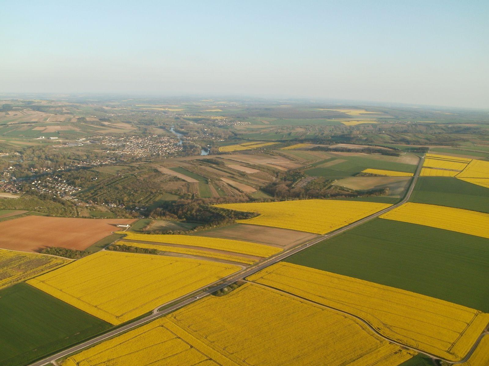 L'ancienne voie romaine en sortie d'Auxerre en direction du sud. En la parcourant, on surplombe les paysages d'un coté d'une vallée viticole et fruitière, et de l'autre coté, de grande culture.