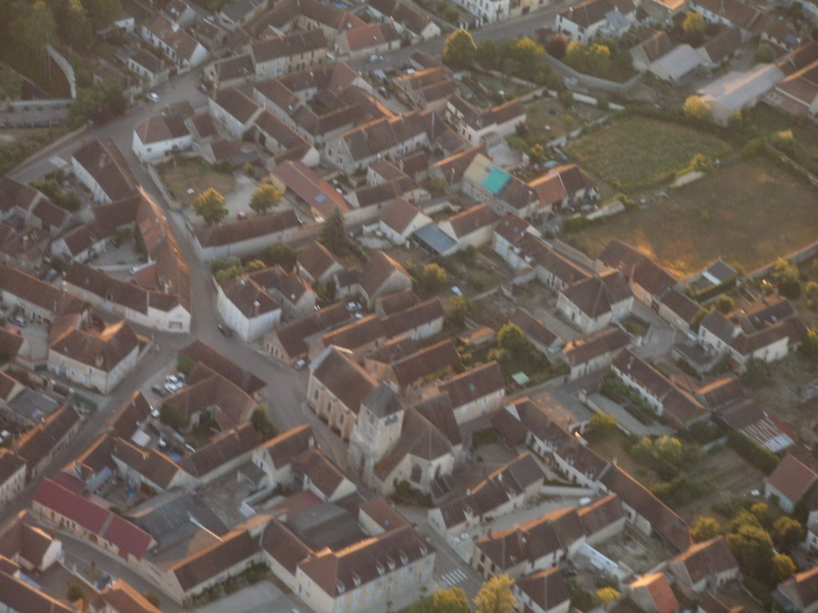 le château de Maligny vu du coté qu'il me manquait depuis mon vol du 18 mai dernier, et son bourg.
