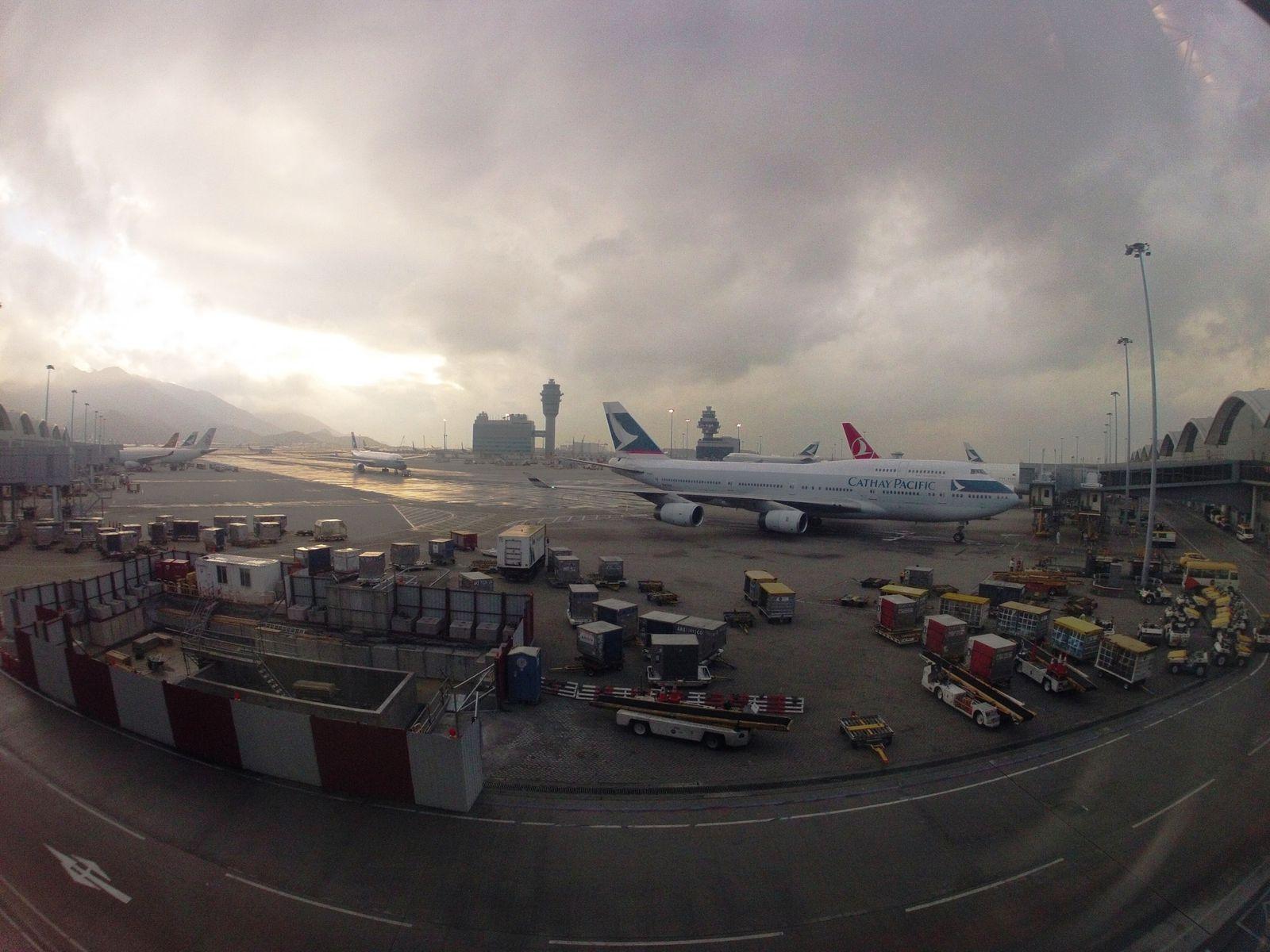 Photos de l'aéroport de Hong Kong, le soleil n'est pas trop présent hélas!! / Pictures from Hong Kong airport, the sun is really shy today, unfortunatly!