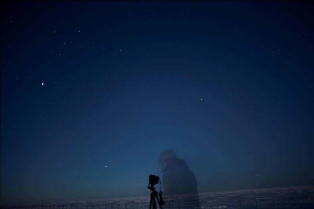 1&2/ Photos de Christophe, Première séance photos de nuit avec Yann et Christophe les astros. 3à8/ Photos de Yann, Première grosse aurore autrale avec la voie lactée et la base! Magnifique!