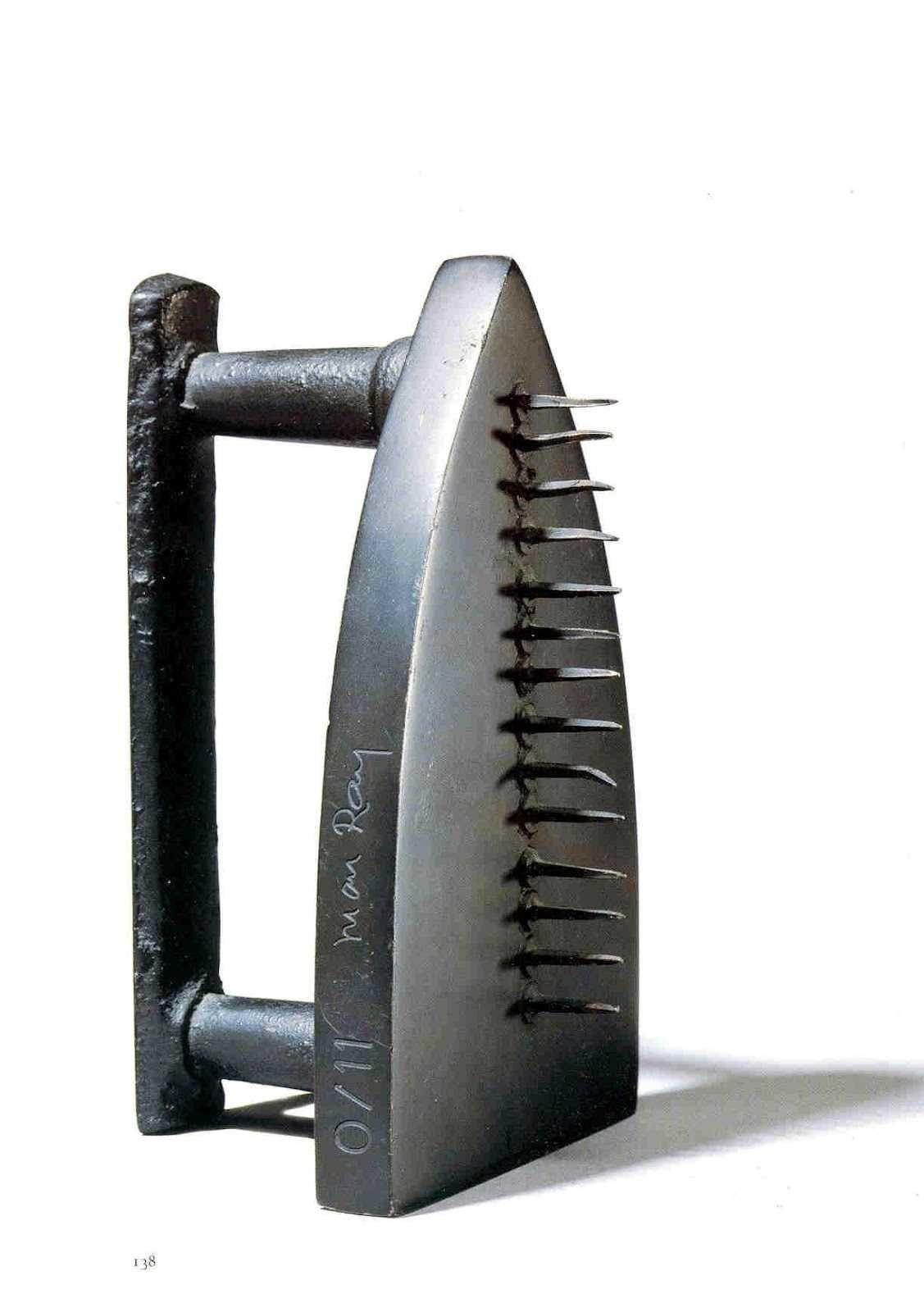 """MAN RAY """"Cadeau"""", 1921 (Fer à repasser aux clous 16x10x8 cm)"""