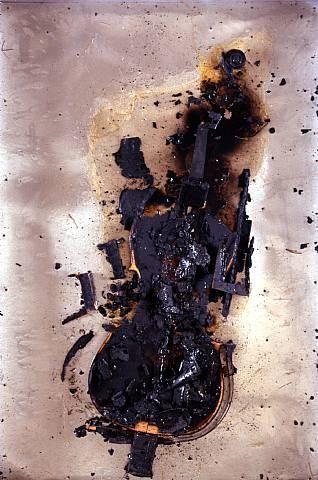 """""""Black is black"""", prie-Dieu brûlé et enduit de plastique dans une boite de verre, (1040 x 630 x 630 cm) 1964"""