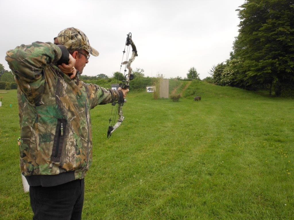 2 volées de flèches sur sanglier 3D  en position 3/4 arrière. Après analyse du tir : pas facile !..