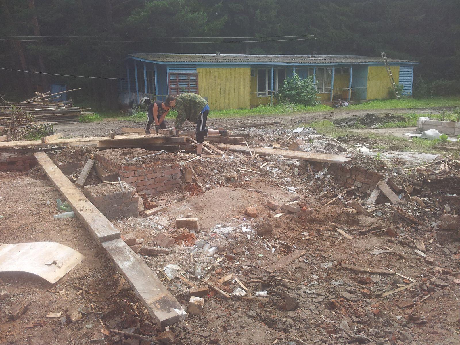 Ici des photo de la place dégagé par le bâtiments démonté et prêt pour la maison ronde en bois cordé et ensuite le club au début des travaux.