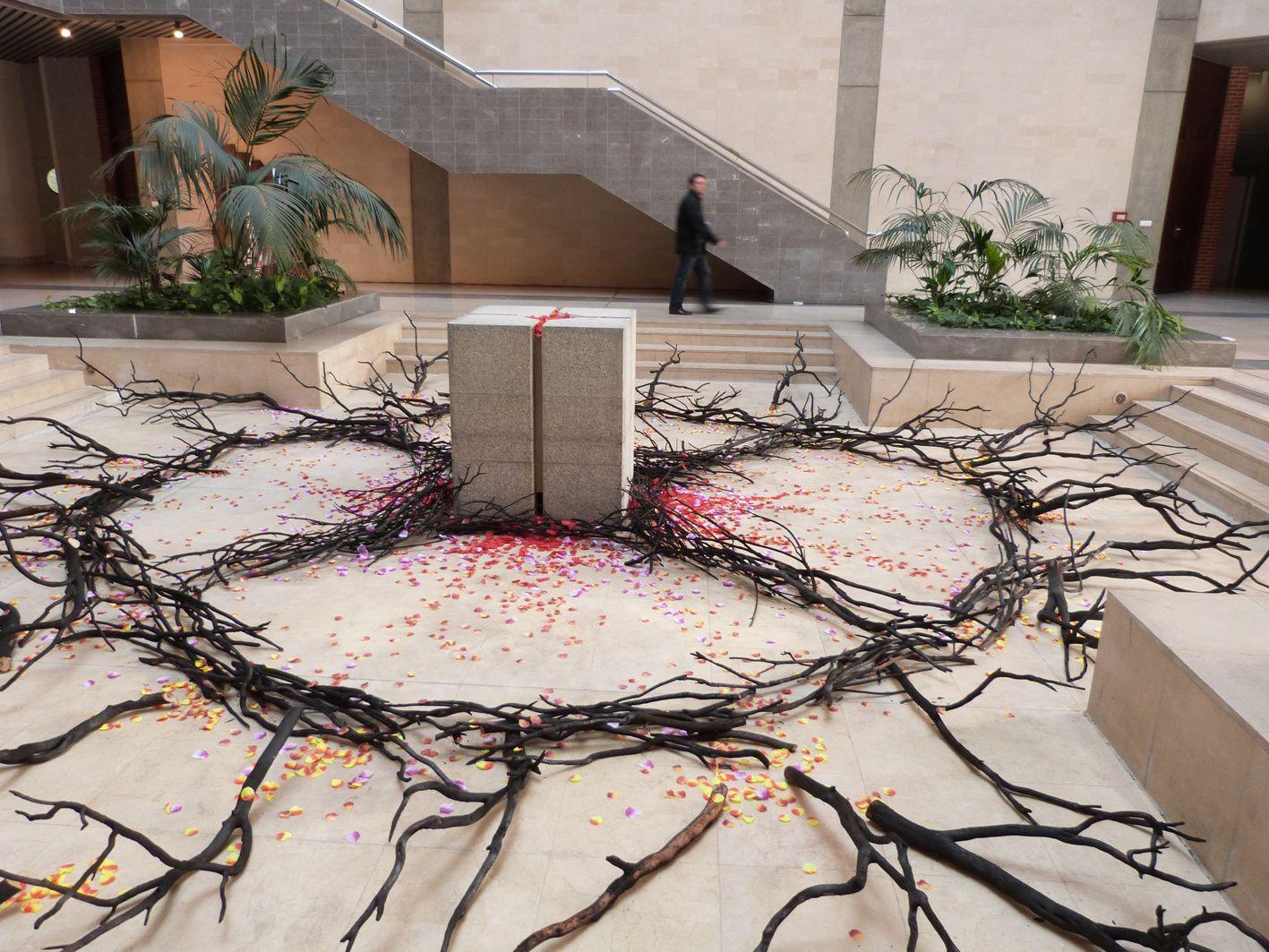 Installation in situ, branches de bois brûlé (forêt de la Jonquera, Espagne), pétales de fleur artificiels, hôtel de région Midi-Pyrénées, Toulouse