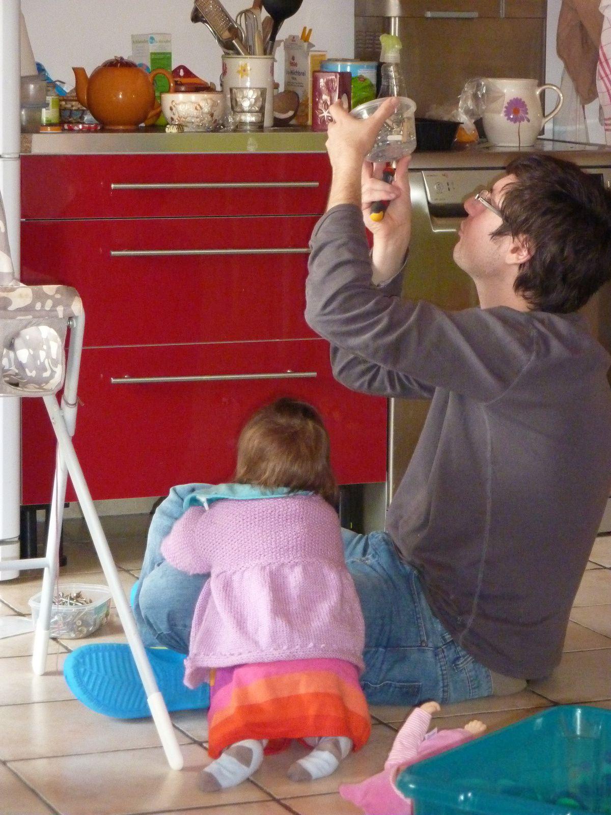 Papa bricole Ellie supervise