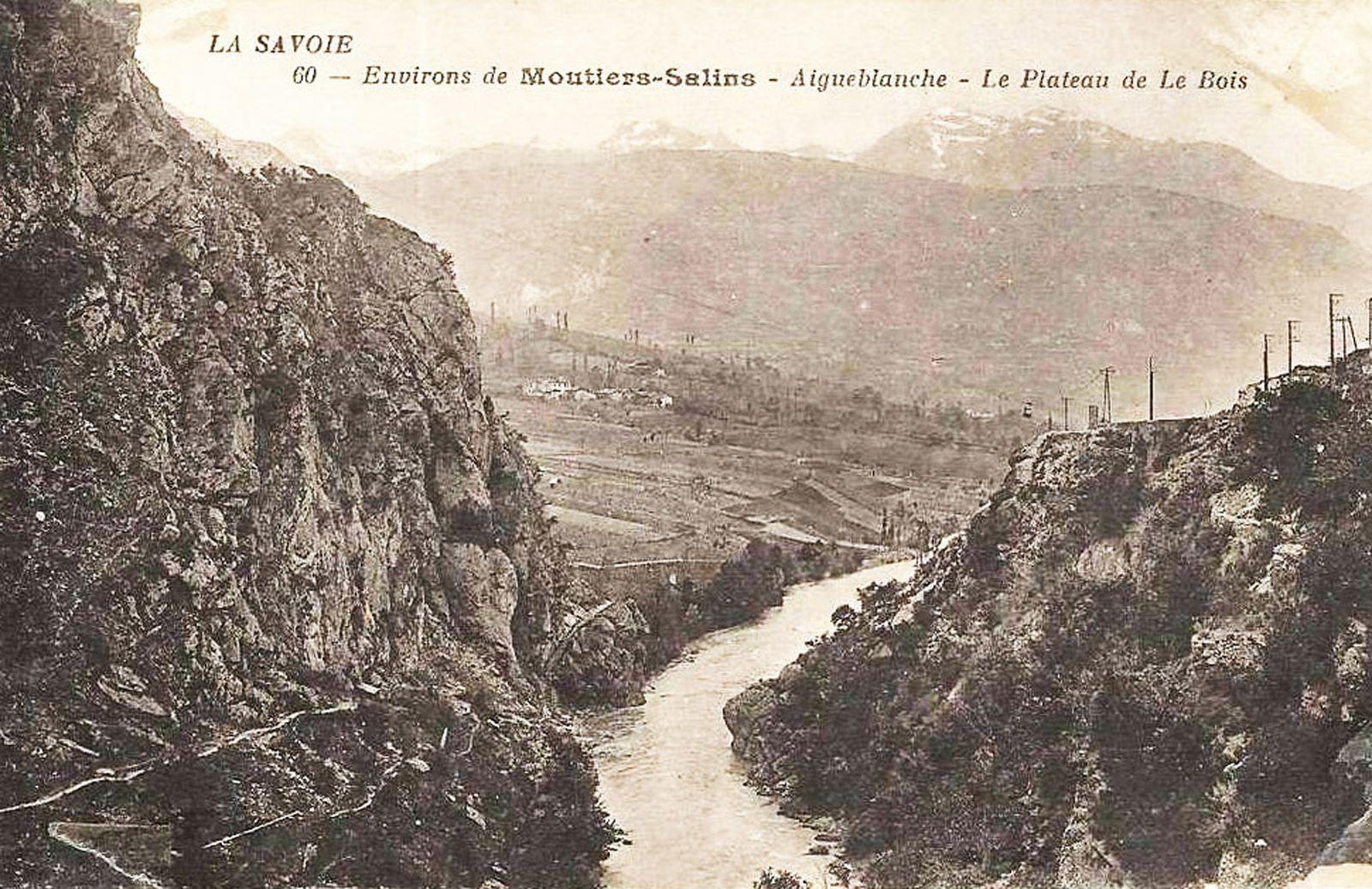 Les gorges de ponserand et la voie romaine avant la construction du barrage .   On peut voir des cultures en terrasses sous la route actuelle