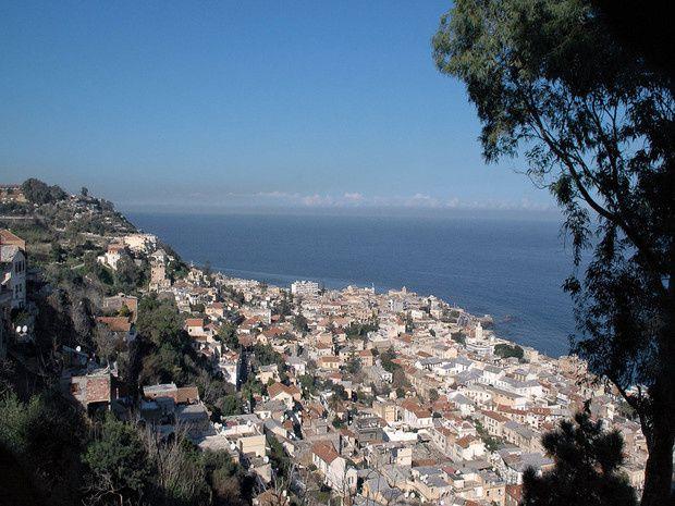 La photo est prise depuis Notre-Dame d'Afrique. Bologhine, à l'ouest de Bab El Oued, marque la fin de l'agglomération d'Alger. Elle tire son nom de Bologhine Ibn Ziri, fondateur d'Alger.
