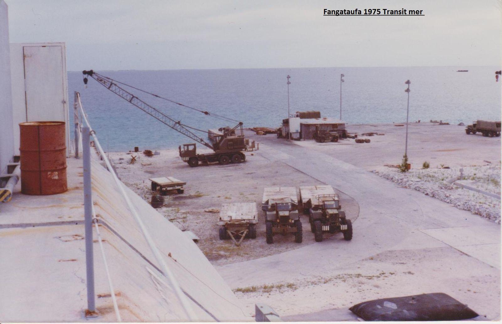"""Une vue du Dépôt Portuaire, prise du haut du PEA. """"Poste d'Enregistrement Avancé"""". Un bunker en béton de 10 000 tonnes (sources officielles)"""