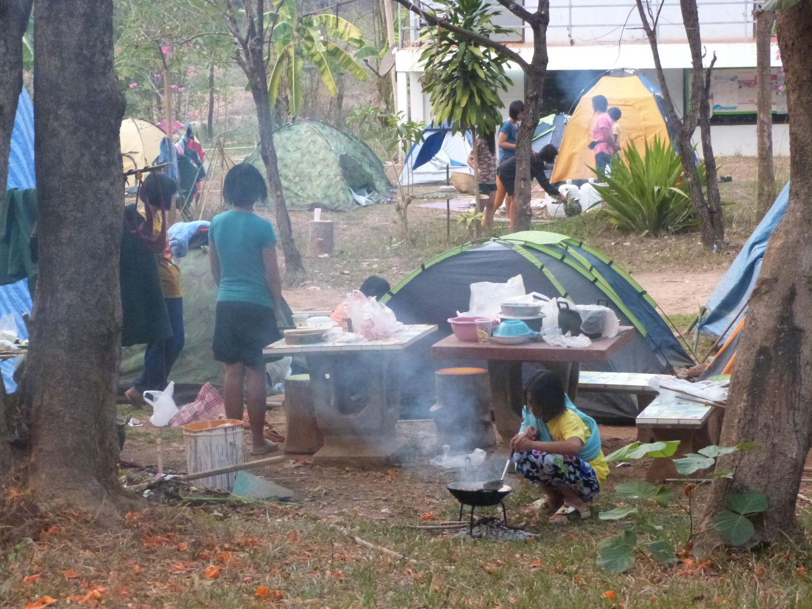"""Comme le roi a été scout dans sa jeunesse (la Thaïlande est une monarchie), les premiers """"grades"""" doivent effectuer une journée de scoutisme dans l'école. Ils campent, cuisinent leur nourriture, font plusieurs épreuves et organisent une grosse fête avec des danses, des chants et des feux de joies!"""