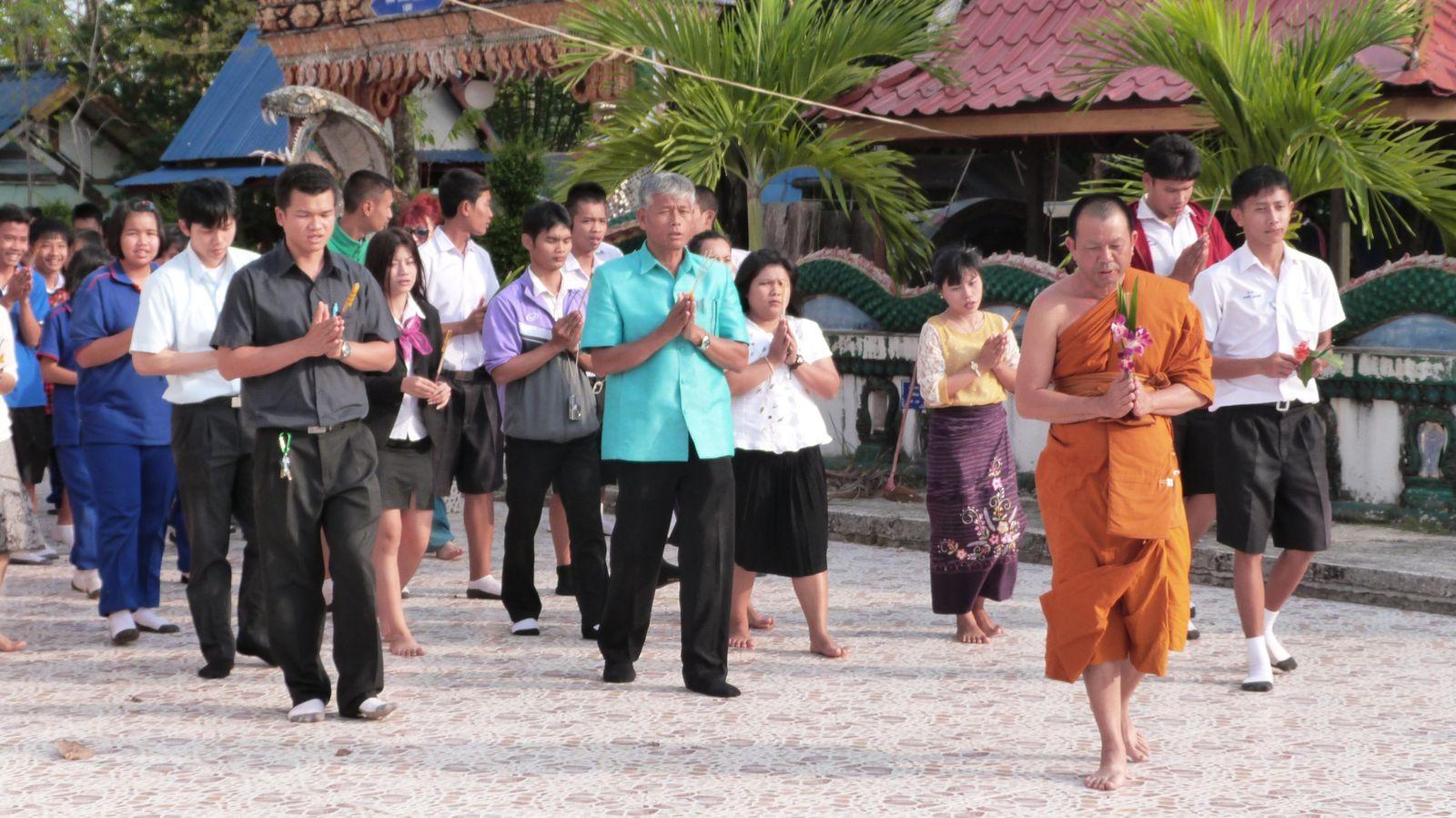 A chaque fin d'année scolaire, toutes les personnes de l'école font une prière pour les examens et effectuent trois tours du temple.