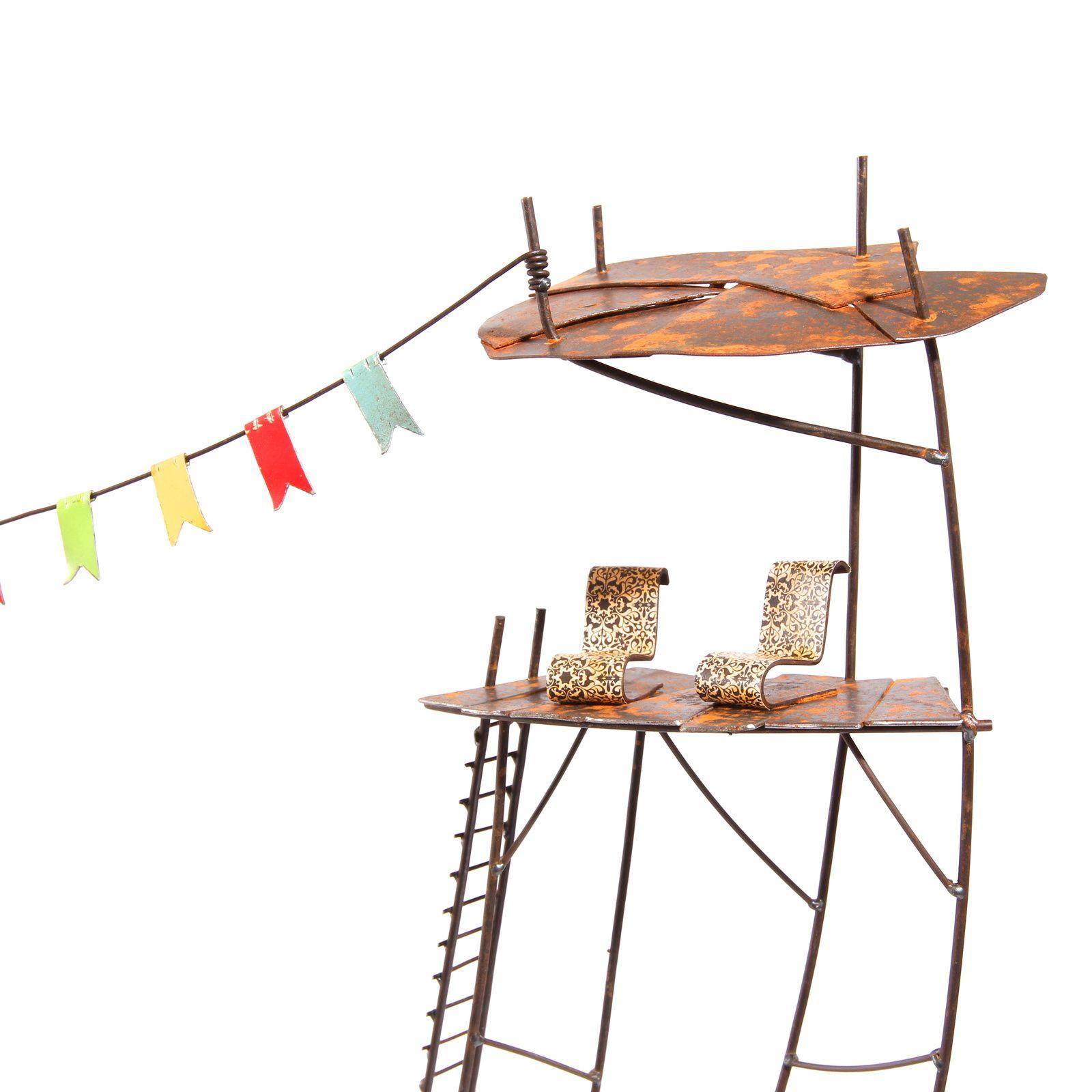 Le structuralisme. h: 90 cm. Tôle d'acier, fil de fer, papier, peinture.