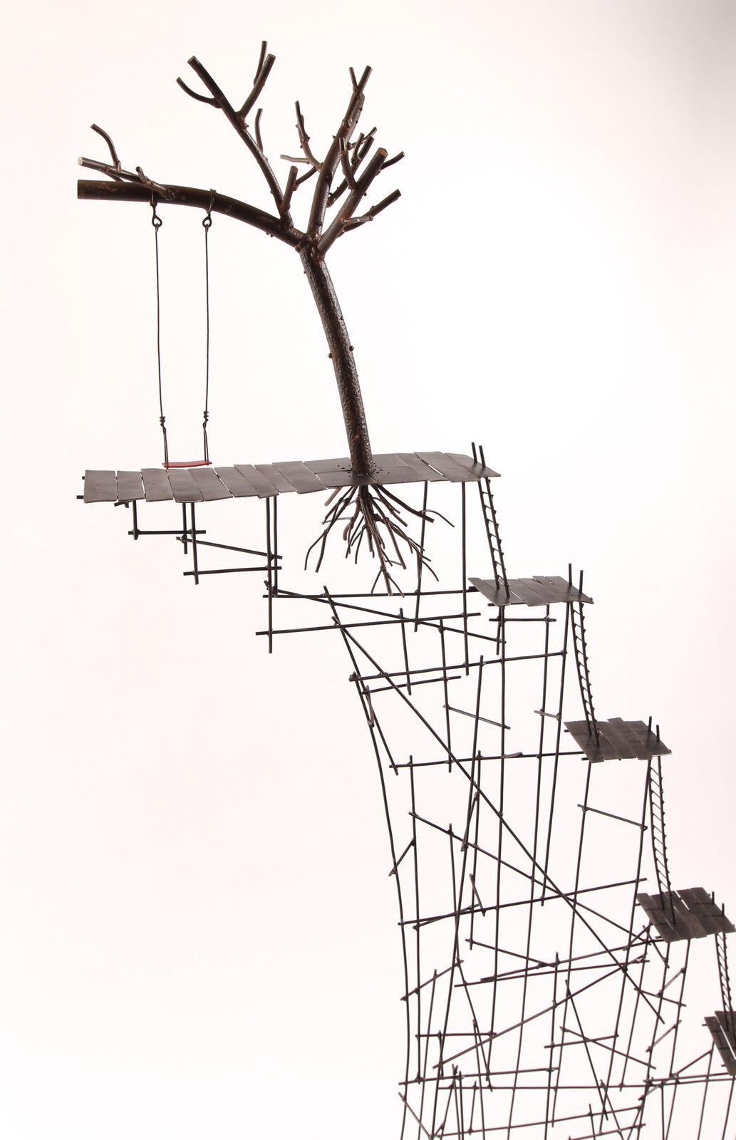 Au bord du soir, fil de fer, tôle d'acier, arbre en métal de récupération, socle en bois peint et patiné, vernis. H: 185 cm