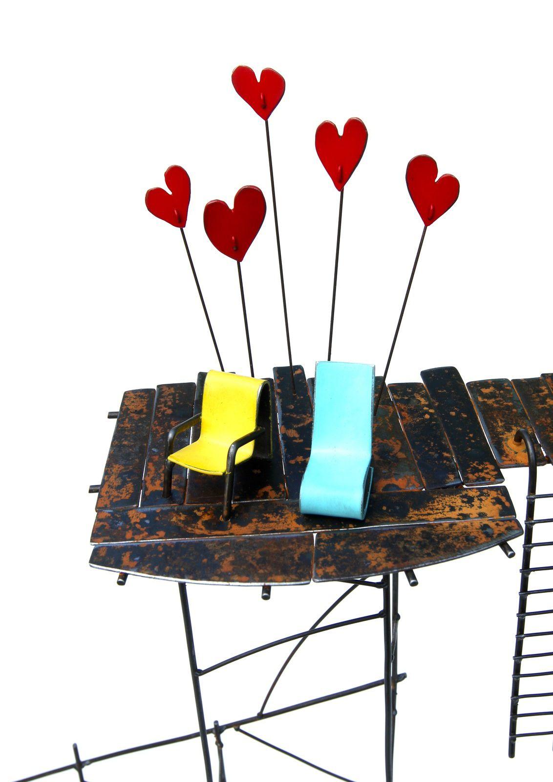 Un motel en Normandie, acier,  h: 81 cm, l'amour 2 (le retour), acier,  h: 75 cm, la construction contemplative pour un coeur, acier, béton h: 63 cm. L: 80 cm environ.