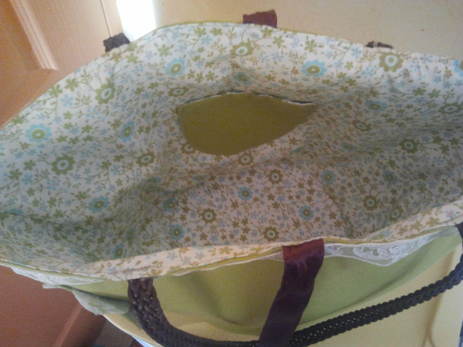 Joli sac panier 47 cm de large par 25 de haut tissu coton,entierement doublé, fermé par lien, petit poche intérieur, tour du sac orné d'une dentelle. Anses 52 cm