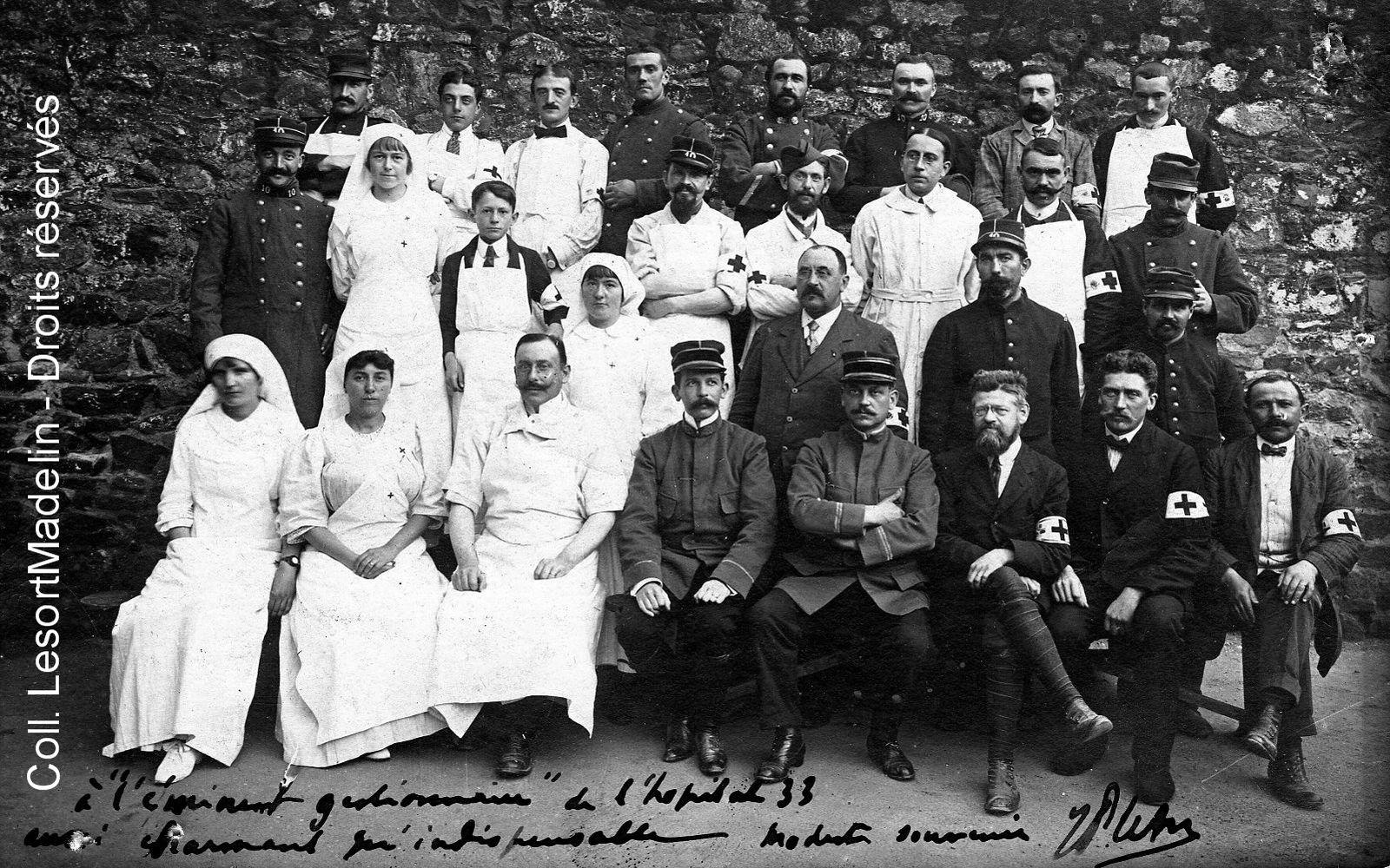 Le personnel de l'hôpital complémentaire n° 33 de Granville, ca1915-1916. André Lesort est assis au 1er rang, le 3e à partir de la droite. (coll. Famille LesortMadelin- Droits réservés).
