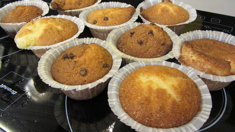 Préparation de la pâte à cupcakes : avec des pépites de chocolat, ou alors en rouge avec des pépites de chocolat blanc.