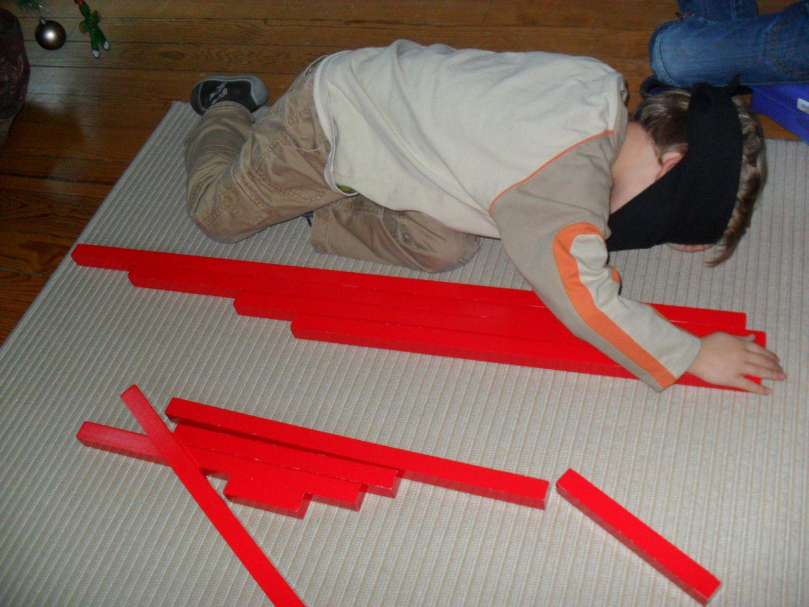 Il aligne les barres d'un côté et se concentre pour être précis. Sans cela, il ne pourra pas réussir l'activité.
