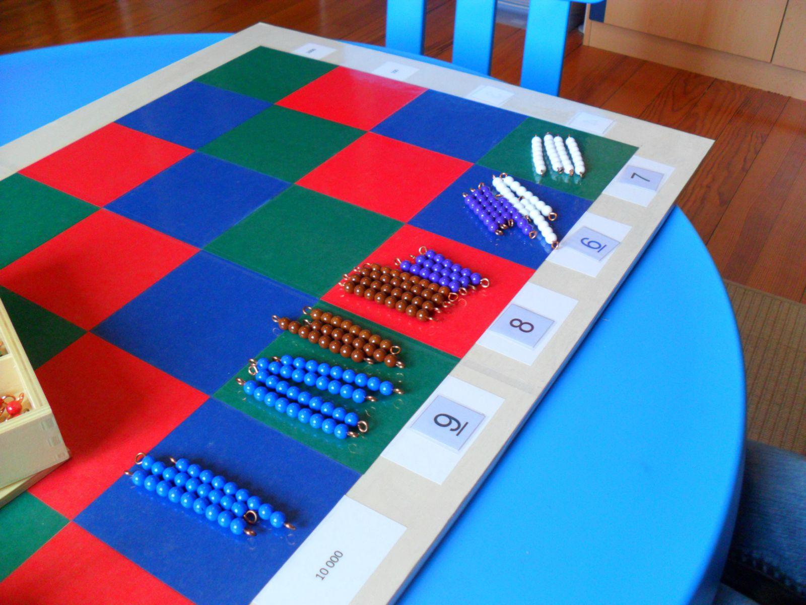 Faire glisser les barrettes selon la couleur des cases du damier : bleu avec bleu, rouge avec rouge, vert avec vert.